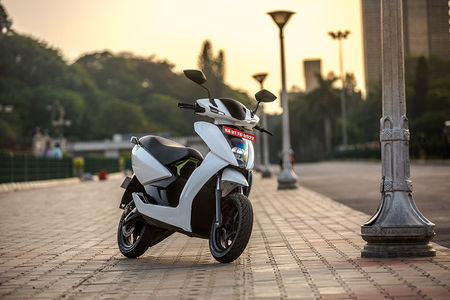 Ather 450 vs Okinawa Praise: Real-world Braking, Acceleration, Top Speed Comparison