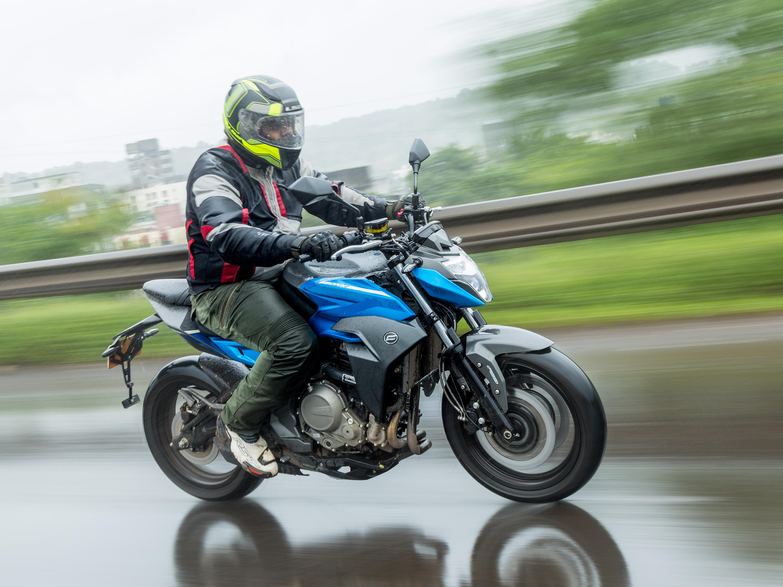 2017 Suzuki GSX-R1000 and GSX-R1000R track test | BikeDekho